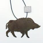 Sim1Schmuckstück/ Wildschwein, ca. 12cm, Rost u. veredelt, am Lederband, 29,-